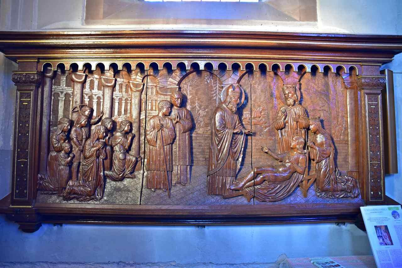 Le bas-relief en bois à l'entrée de l'abbatiale Saint-Jean-Baptiste, à Surbourg, montre Arbogast ressuscitant Sigebert IV, fils du roi Dagobert II (Photo Guy Lerdung)