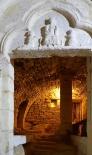 La crypte et le portail se trouvent actuellement sous un immeuble situé 3 place Raymond Poincaré.