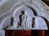 Le tympan est orné d'un trilobé représentant un personnage en majesté - le Christ... St Dagobert ... encadré par deux orants (9e siècle)