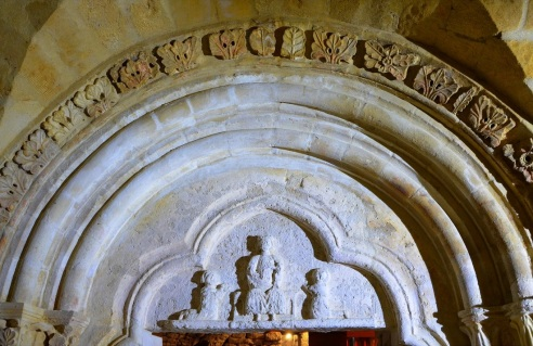 Le tympan est orné d'un trilobé représentant un personnage en majesté