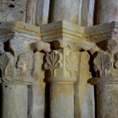 Le tympan est supporté par de fines colonnettes (12e siècle)
