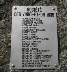 Plaque commémorative de la Société des vingt-et-un, dans le sentier Eucher, au Saguenay–Lac-Saint-Jea