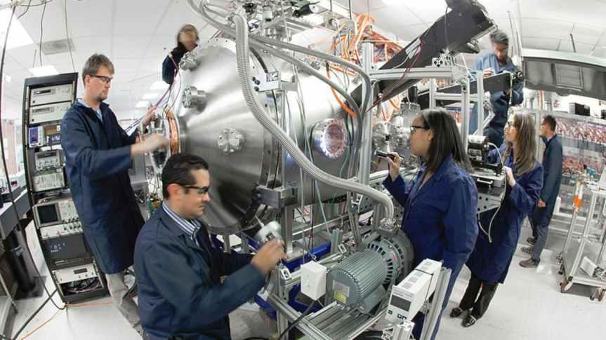 Les membres de l'équipe Skunk Works travaillent sur leur réacteur de fusion compact expérimental.