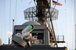 Photographie du Laser Weapon System sur l'USS Ponce.