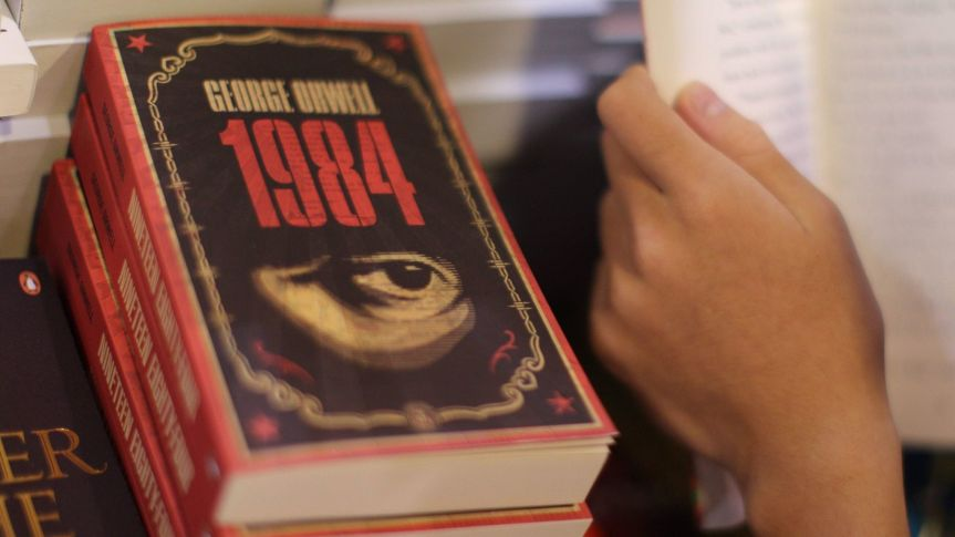 """Le roman dystopique de George Orwell, """"1984"""", adapté sur les chaînes de télévision américaine CBS (1953) et britannique BBC (1954,1956)"""