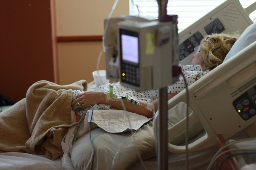 Actes criminels — Le Dr Meryl Nass découvre que des expériences d'hydroxychloroquine ont été conçues pour tuer des patients deCOVID