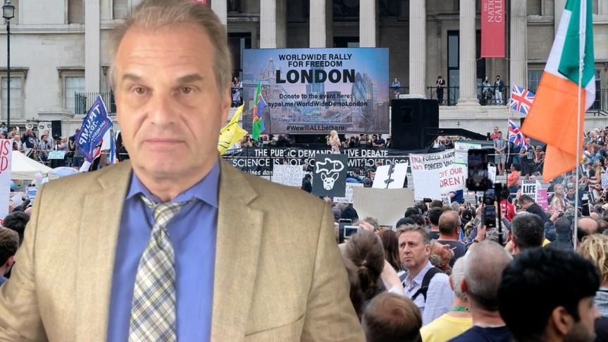 L'avocat Reiner Fuellmich a pris la parole le 24 juillet lors de la manifestation pour la liberté au Trafalgar Square de Westminster, àLondres