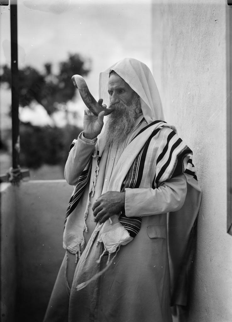 Juif yéménite soufflant du shofar, fin des années 1930